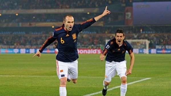 En finale 2010, Iniesta inscrit le seul but du match contre ....