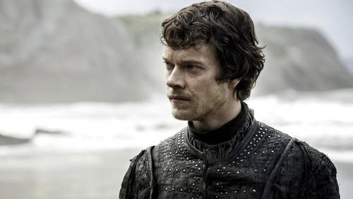 Par qui Theon Greyjoy a-t-il été élevé ?