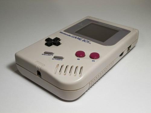 Les 2 touches grises en biais sur une console Game Boy sont SELECT et ?
