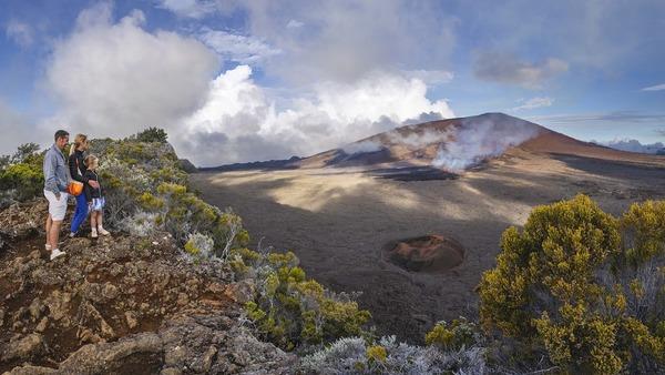 Comment se nomme le volcan actif de l'île de la Réunion ?