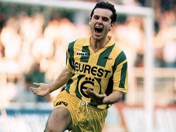 Attaquant vedette du FC Nantes des années 90, il s'agit de ?